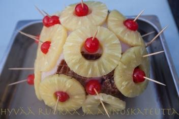 Kinkku sai alkusavujen jälkeen ananas-kirsikkahunnun